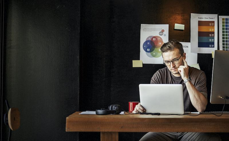 Junger Mann bei dem Erstellen einer Firmenstrategie