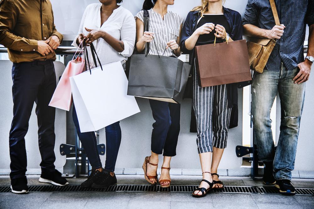 Frauen beim Einkaufen in der City.